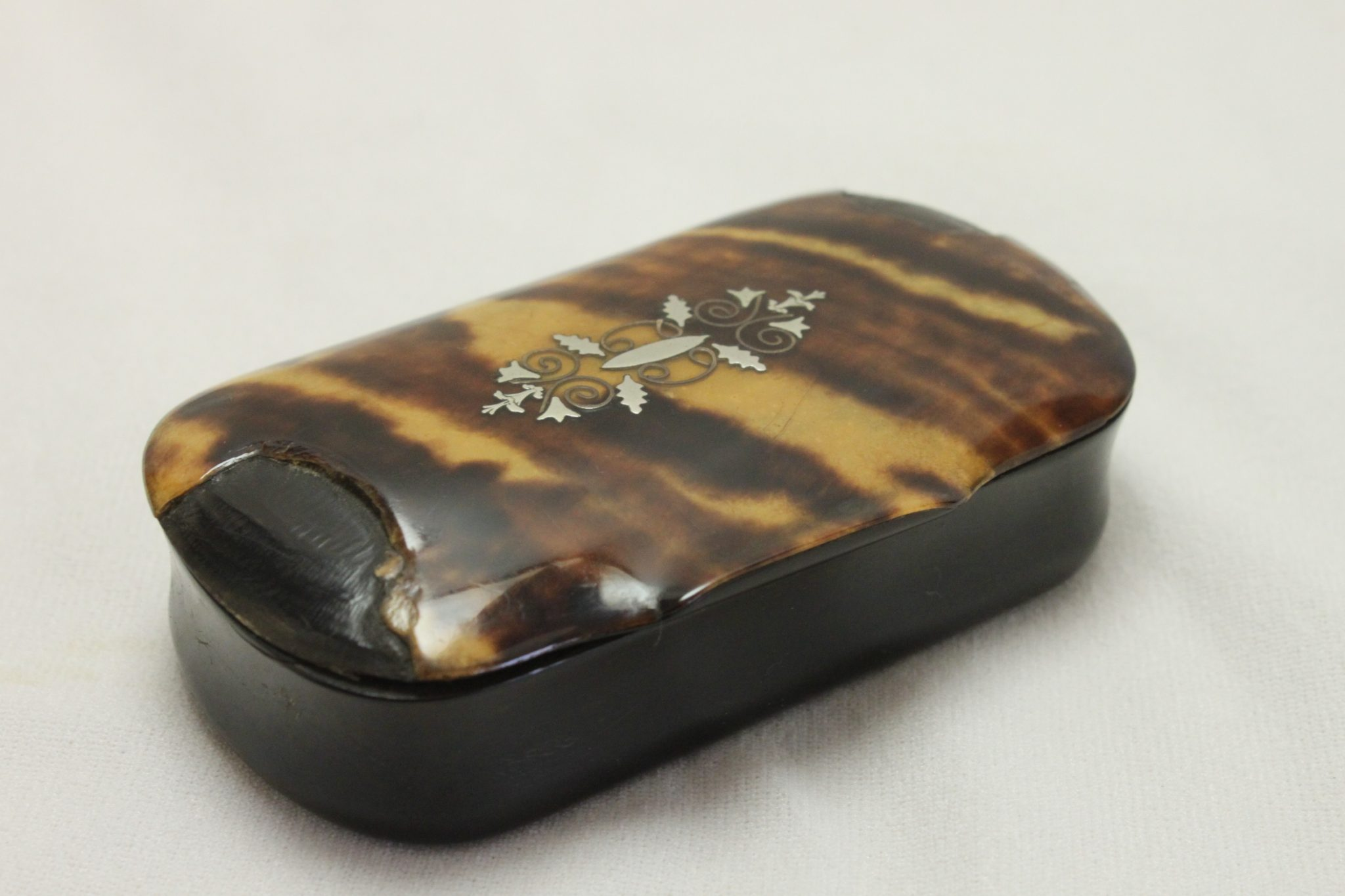 Pressed horn and tortoiseshell snuff box