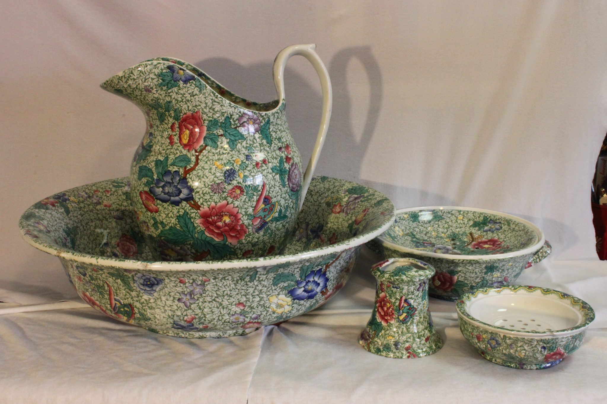 Spode 6 piece toilet set decorated with hand coloured King pattern